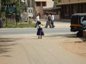 Une fillette qui rentre de l'école