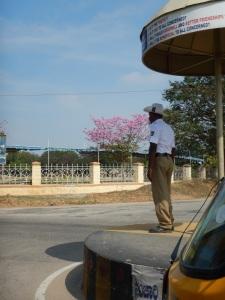 un policier qui fait la circulation